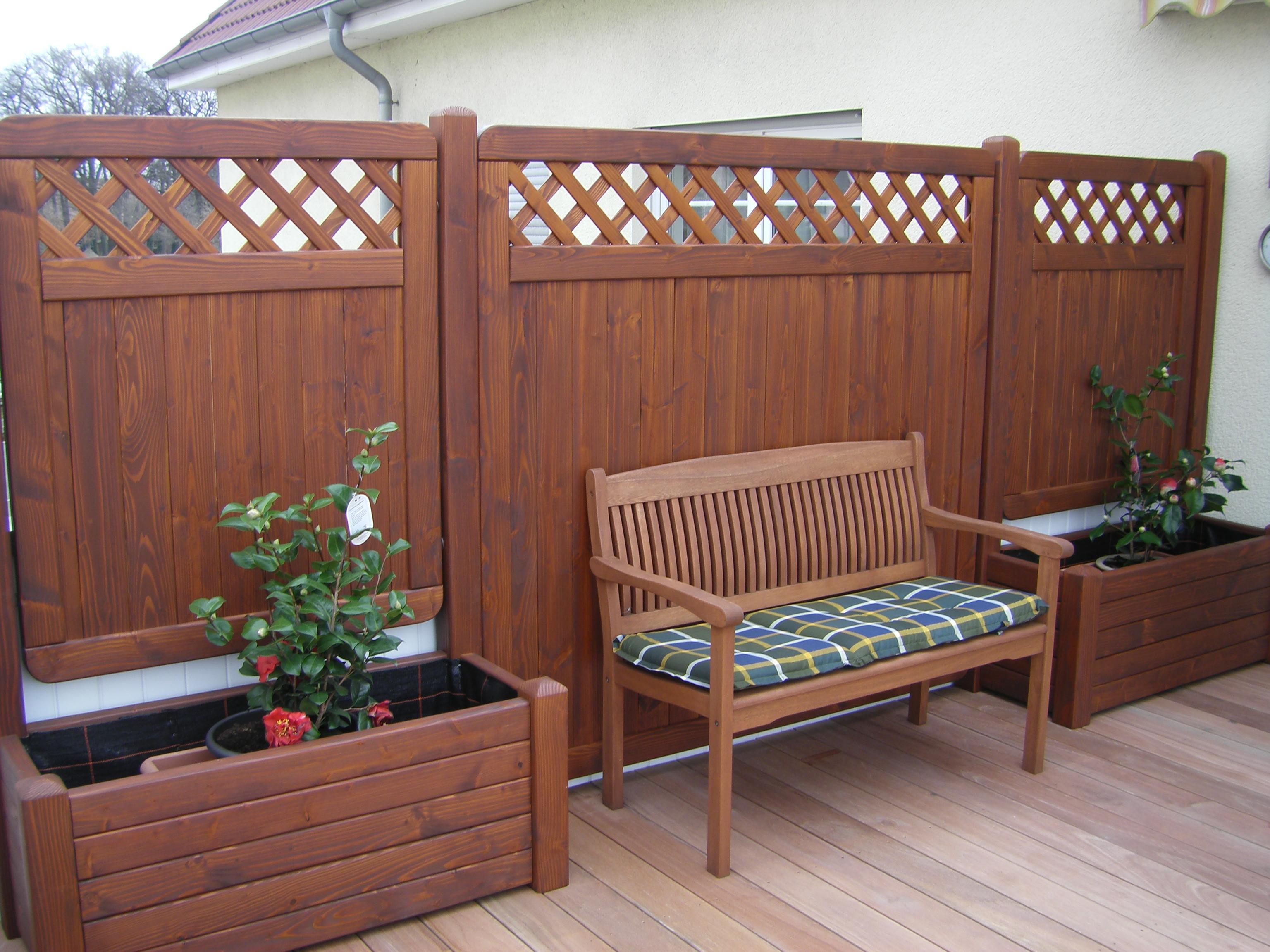 sichtblenden mit pflanzk sten bangkirais fussbodenbelag montiert auf einer dachterrasse. Black Bedroom Furniture Sets. Home Design Ideas